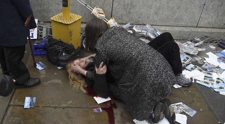 Video: Người phụ nữ nhảy xuống sông tránh xe điên của kẻ khủng bố ở London - Ảnh 1