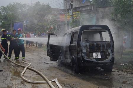 Ôtô 9 chỗ bốc cháy dữ dội còn trơ khung sắt khi đang đỗ bên đường - Ảnh 1