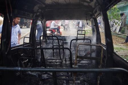 Ôtô 9 chỗ bốc cháy dữ dội còn trơ khung sắt khi đang đỗ bên đường - Ảnh 2