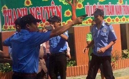 Điều tra vụ nhóm người chĩa súng, còng tay chủ trường mầm non trước mặt học sinh - Ảnh 2