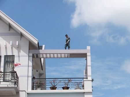 """Thanh niên nghi """"ngáo đá"""" nhảy múa trên các nóc nhà cao tầng - Ảnh 1"""