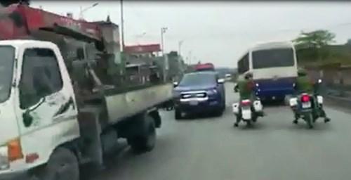 """Bị truy đuổi, xe vi phạm """"làm loạn"""" trên quốc lộ - Ảnh 1"""