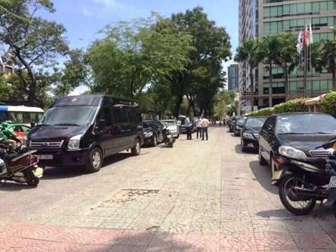 Giữa trưa, ông Đoàn Ngọc Hải lái ôtô riêng bắt 5 xe biển xanh đậu vỉa hè - Ảnh 2