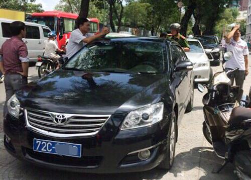 Giữa trưa, ông Đoàn Ngọc Hải lái ôtô riêng bắt 5 xe biển xanh đậu vỉa hè - Ảnh 1
