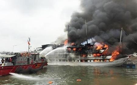 Vụ tàu du lịch bốc cháy giữa đêm: Quảng Ninh mời Bộ Công an vào cuộc - Ảnh 1