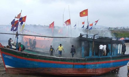 Tàu cá bốc cháy khi đang neo đậu tại bến - Ảnh 1