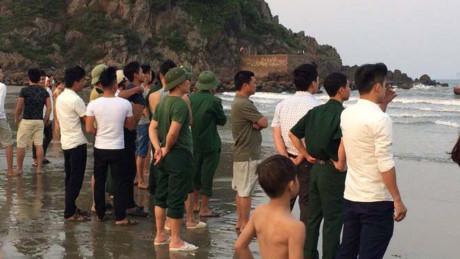 Chụp ảnh kỷ yếu dưới biển, hai nam sinh bị sóng cuốn mất tích - Ảnh 1