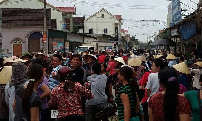 Hàng trăm người đuổi bắt một phụ nữ nghi thôi miên để lấy tiền - Ảnh 1