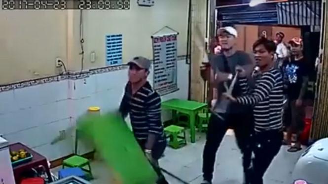 Nhóm giang hồ vác hung khí đập phá quán kem giữa trung tâm Sài Gòn - Ảnh 1