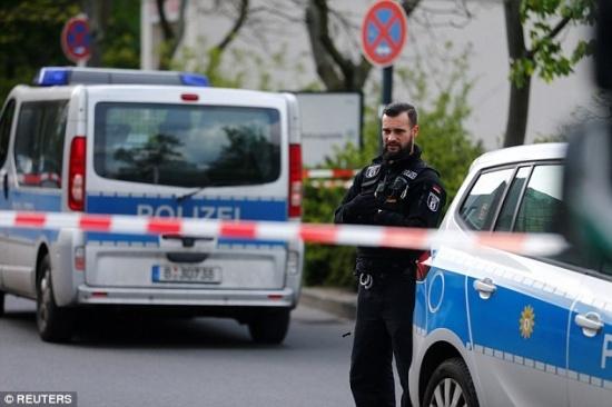 Nổ súng ở bệnh viện Berlin, cảnh sát phong tỏa toàn bộ khu vực xung quanh - Ảnh 1