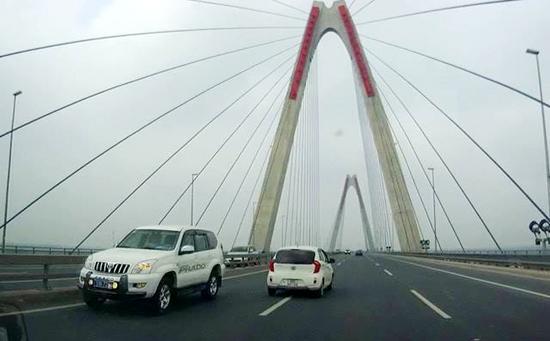 Xác minh thông tin CSGT cho xe đi ngược chiều trên cầu Nhật Tân - Ảnh 1