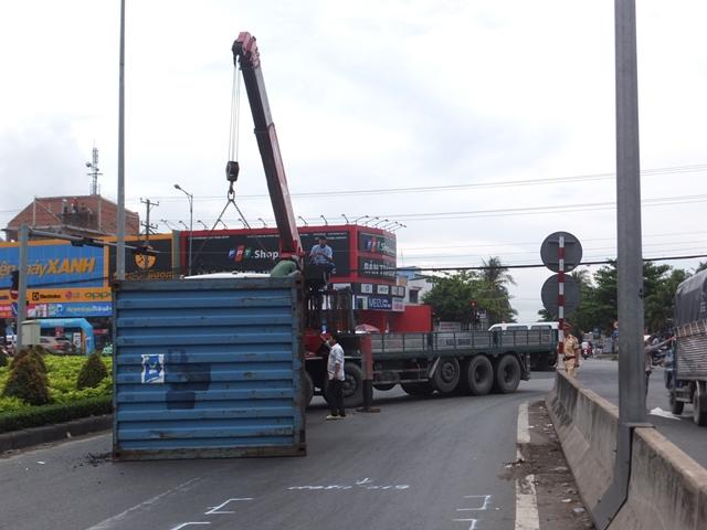 Thót tim cảnh thùng xe container rơi xuống đường đè trúng ô tô 7 chỗ - Ảnh 1