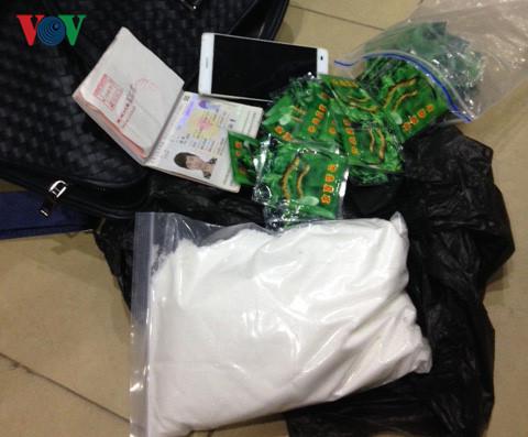Bắt quả tang người đàn ông Trung Quốc vận chuyển 1,24 kg ma túy vào Việt Nam - Ảnh 1