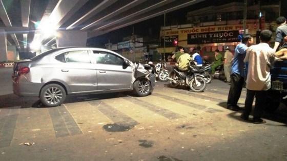 Tài xế ô tô gây tai nạn rồi bỏ chạy gây náo loạn đường phố vì sợ bị đánh - Ảnh 1