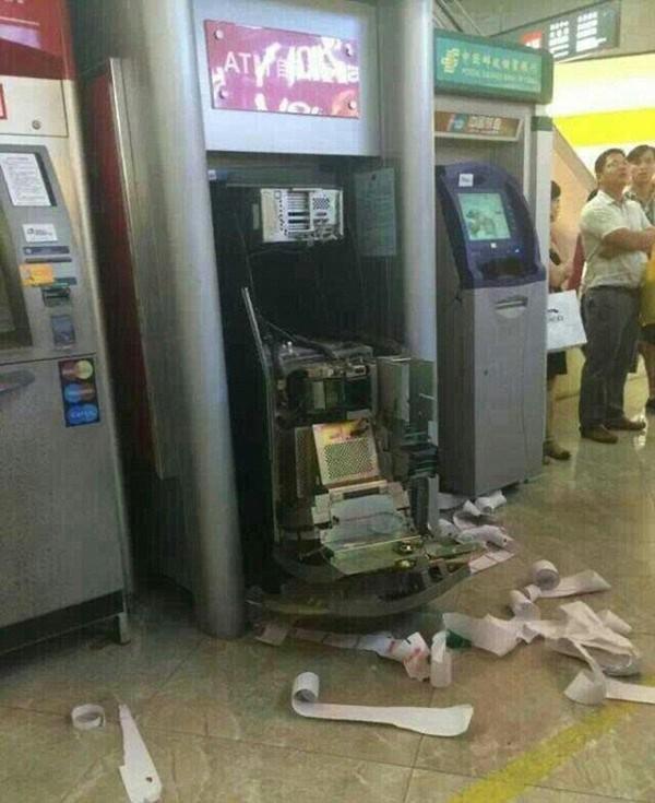 Tạm giữ đối tượng phá trụ ATM, dùng hung khí tấn công bảo vệ  - Ảnh 1