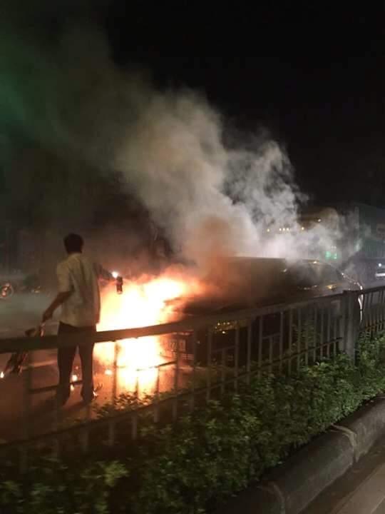 Xe Camry bốc cháy ngùn ngụt khi đang chạy trên đường - Ảnh 1