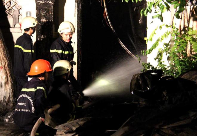 Tiệm sơn xe bốc cháy ngùn ngụt giữa đêm, hàng loạt xe máy bị cháy - Ảnh 1