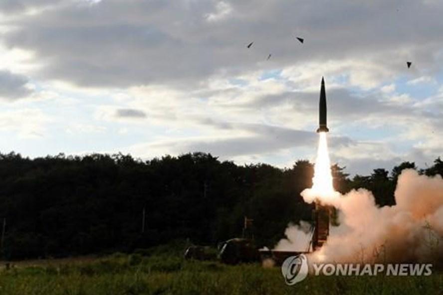 Hàn Quốc phóng 2 tên lửa đạn đạo răn đe Triều Tiên - Ảnh 1