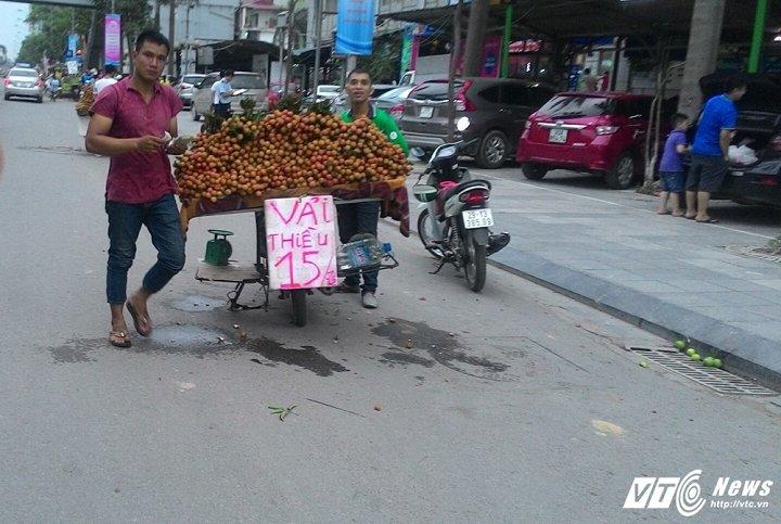 """Cười ra nước mắt với tuyệt chiêu bán hàng rong ở Hà Nội, khách ham rẻ """"dính bẫy""""  - Ảnh 2"""