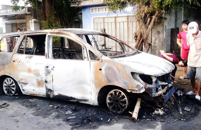 Hơn 30 thanh niên xăm trổ hỗn chiến trong đêm, phóng hỏa đốt xe Innova - Ảnh 1