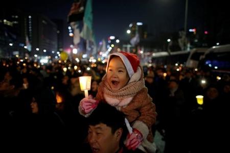 200 nghìn người dân Hàn Quốc đòi Tổng thống từ chức trong đêm Giáng sinh - Ảnh 2