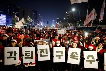 200 nghìn người dân Hàn Quốc đòi Tổng thống từ chức trong đêm Giáng sinh - Ảnh 4