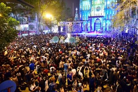 """Hà Nội: """"Biển người"""" chen nhau từng bước tại phố cổ đón Giáng sinh - Ảnh 3"""