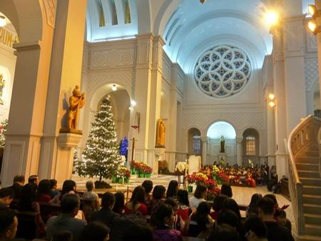 """Hà Nội: """"Biển người"""" chen nhau từng bước tại phố cổ đón Giáng sinh - Ảnh 6"""