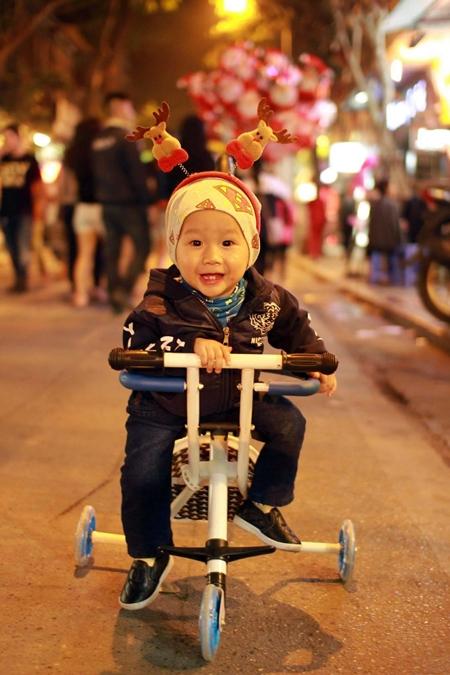 """Hà Nội: """"Biển người"""" chen nhau từng bước tại phố cổ đón Giáng sinh - Ảnh 7"""