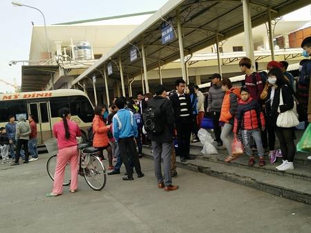 Hàng trăm người nháo nhác tìm đường về quê vì nhà xe bỏ chuyến tại bến Mỹ Đình - Ảnh 5