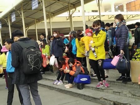 Hàng trăm người nháo nhác tìm đường về quê vì nhà xe bỏ chuyến tại bến Mỹ Đình - Ảnh 6