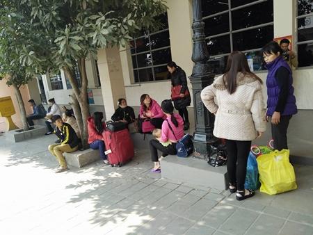 Hàng trăm người nháo nhác tìm đường về quê vì nhà xe bỏ chuyến tại bến Mỹ Đình - Ảnh 9