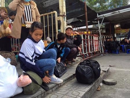 Hàng trăm người nháo nhác tìm đường về quê vì nhà xe bỏ chuyến tại bến Mỹ Đình - Ảnh 2