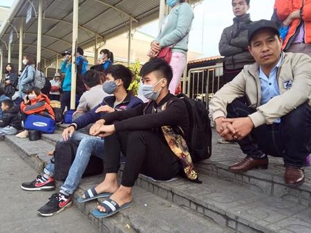 Hàng trăm người nháo nhác tìm đường về quê vì nhà xe bỏ chuyến tại bến Mỹ Đình - Ảnh 10