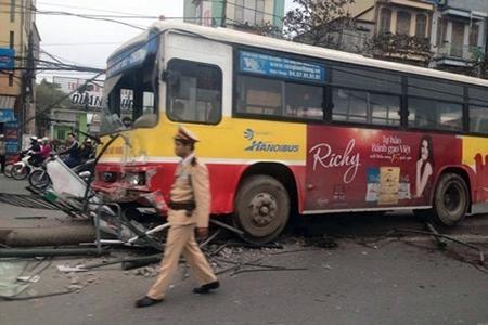 Phú Yên: Xe buýt mất lái đâm dải phân cách, 9 người bị thương - Ảnh 1