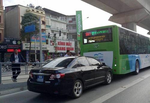 Xe biển xanh đâm taxi, 3 người nhập viện - Ảnh 2