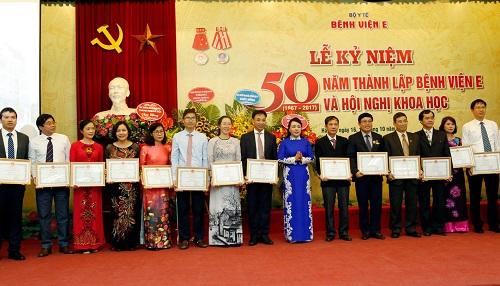 Bệnh viện E vinh dự nhận Cờ thi đua của Chính phủ trong lễ kỷ niệm 50 năm ngày thành lập - Ảnh 2