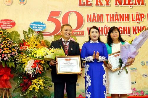 Bệnh viện E vinh dự nhận Cờ thi đua của Chính phủ trong lễ kỷ niệm 50 năm ngày thành lập - Ảnh 1