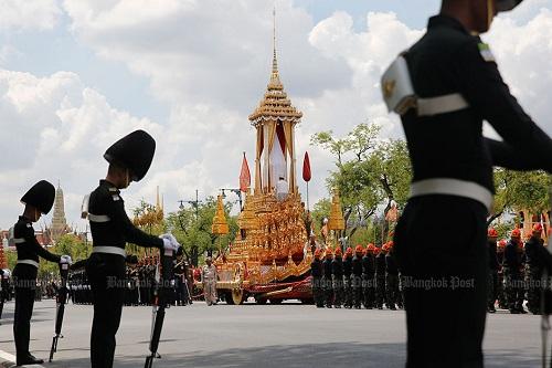 Nhìn lại một năm của người Thái Lan khi Quốc vương Bhumibol qua đời - Ảnh 10