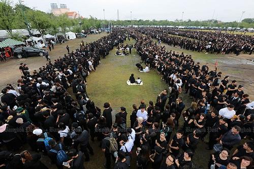 Nhìn lại một năm của người Thái Lan khi Quốc vương Bhumibol qua đời - Ảnh 5