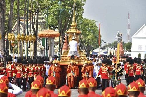 Nhìn lại một năm của người Thái Lan khi Quốc vương Bhumibol qua đời - Ảnh 15
