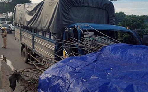 Xe tải tông mạnh vào đuôi xe đầu kéo chở sắt, 2 người trọng thương - Ảnh 1