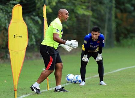 Cựu HLV Arsenal: Thủ môn Việt Nam có thể sang châu Âu thi đấu - Ảnh 1
