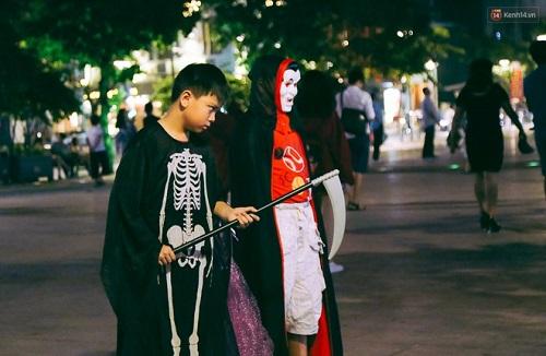 """""""Đầu tư"""" mùa Halloween, nhiều bạn trẻ hóa trang rùng rợn đổ bộ các phố đi bộ - Ảnh 2"""