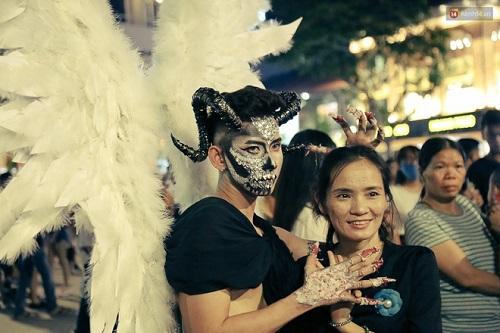 """""""Đầu tư"""" mùa Halloween, nhiều bạn trẻ hóa trang rùng rợn đổ bộ các phố đi bộ - Ảnh 4"""