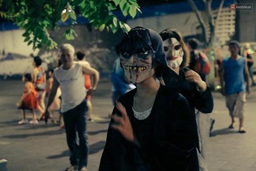 """""""Đầu tư"""" mùa Halloween, nhiều bạn trẻ hóa trang rùng rợn đổ bộ các phố đi bộ - Ảnh 6"""