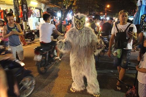 """""""Đầu tư"""" mùa Halloween, nhiều bạn trẻ hóa trang rùng rợn đổ bộ các phố đi bộ - Ảnh 7"""