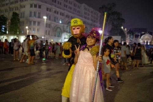 """""""Đầu tư"""" mùa Halloween, nhiều bạn trẻ hóa trang rùng rợn đổ bộ các phố đi bộ - Ảnh 5"""