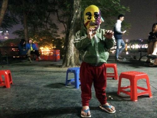 """""""Đầu tư"""" mùa Halloween, nhiều bạn trẻ hóa trang rùng rợn đổ bộ các phố đi bộ - Ảnh 9"""