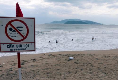 Bão Damrey đang vào bờ, người dân vẫn vô tư tắm biển bất chấp lệnh cấm - Ảnh 1